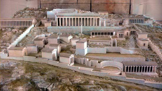 Вид храма Аполлона в Дельфах в древности